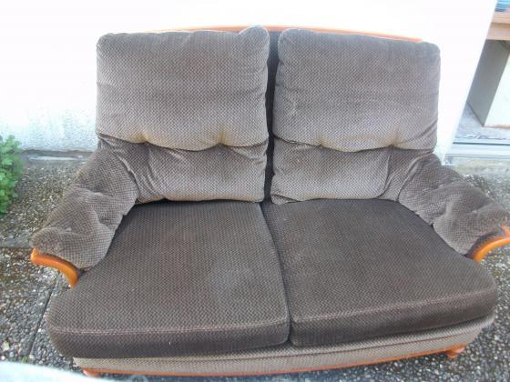 Canapé bas à 2 places à accoudoirs à 15 €