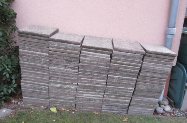 Dalles de terrase en béton gravillonné et bordures en béton