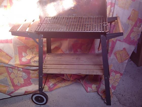 Barbecue chariot sur roulettes pour charbon et bois