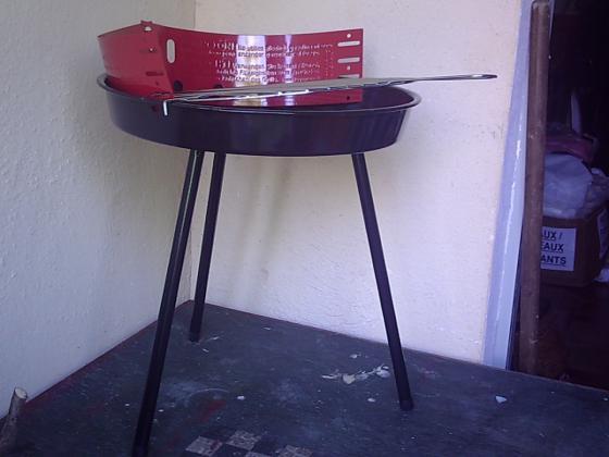 Petit Barbecue à charbon de bois sur pied-neuf