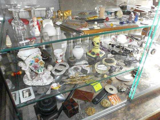 TRES Nombreux objets de vitrine a prix de gros en lots